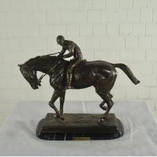 17154E Skulptur Jockey Pferd Bronze 0,50 m