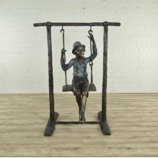 Skulptur Junge auf Schaukel Bronze 1,55 m